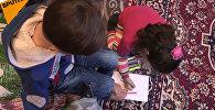 Սիրիացի տղան գրում  և նկարում է ոտքերով