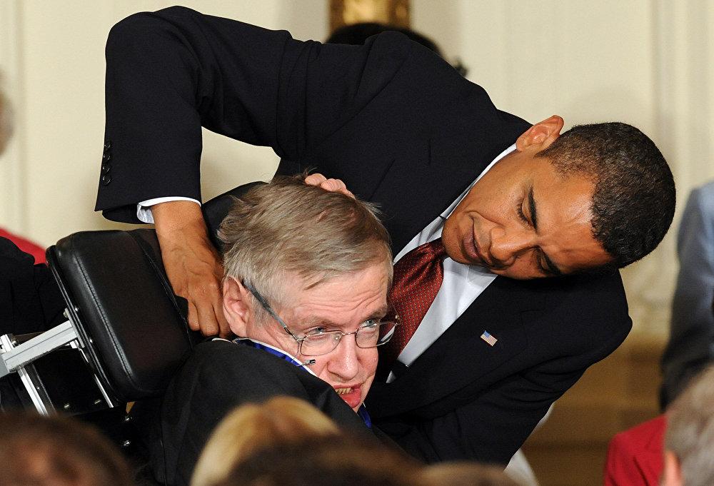 Սթիվեն Հոքինգը նախագահական մեդալ է ստանում ԱՄՆ նախագահ Բարաք Օբամայից Սպիտակ տան Արևելյան սրահում (2009 թվականի օգոստոսի 12), Վաշինգտոն, Կոլումբիայի շրջան, ԱՄՆ