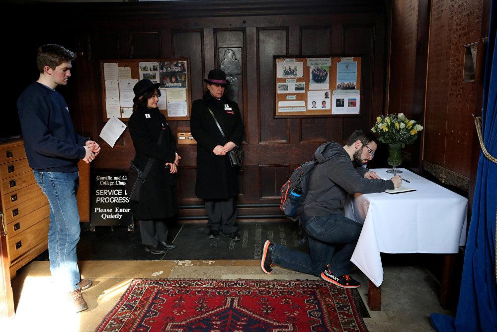 Մարդիկ հերթ են կանգնել պրոֆեսոր Սթիվեն Հոքինգի մահից հետո ցավակցական գրքույկում ստորագրելու համար (2018 թվականի մարտի 14), Քեմբրիջ, Մեծ Բրիտանիա