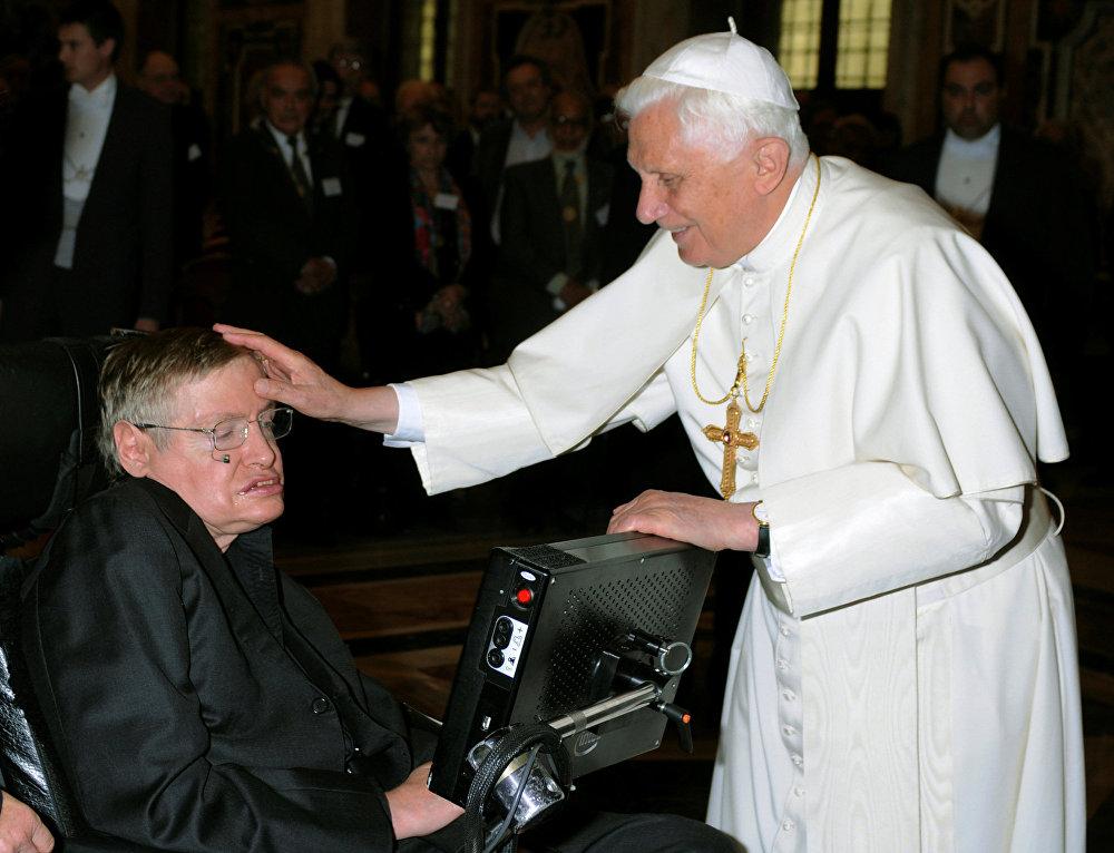 Հռոմի պապ Բենեդիկտոս XVI–ը ողջունում է բրիտանացի պրոֆեսոր Սթիվեն Հոքինգին (2008 թվականի հոկտեմբերի 31)