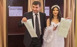 Невеста Арусяк Олкинян с отцом на участке в посольстве России в Армении