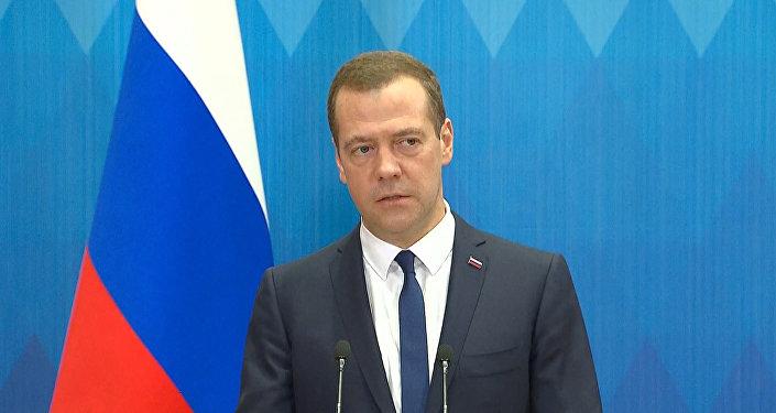 СПУТНИК_Медведев ответил на вопрос о возможном запрете полетов из РФ в другие страны