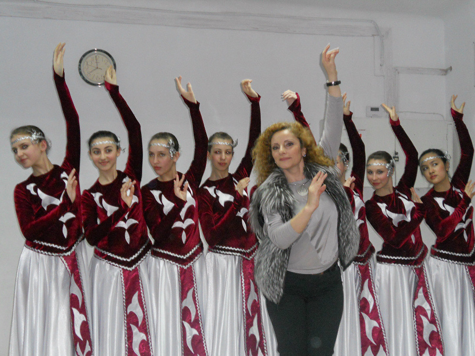 Украинский ансамбль Лилия исполняет армянские народные танцы. Художественный руководитель - Кристина Улубян