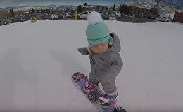 Годовалая сноубордистка катается как профи