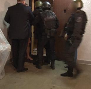 СПУТНИК_Обнародованные сотрудниками МВД кадры задержания международной банды хакеров
