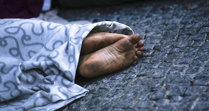 Мигрант, спящий на улице