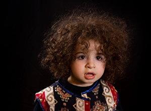 Ребенок в национальном таразе