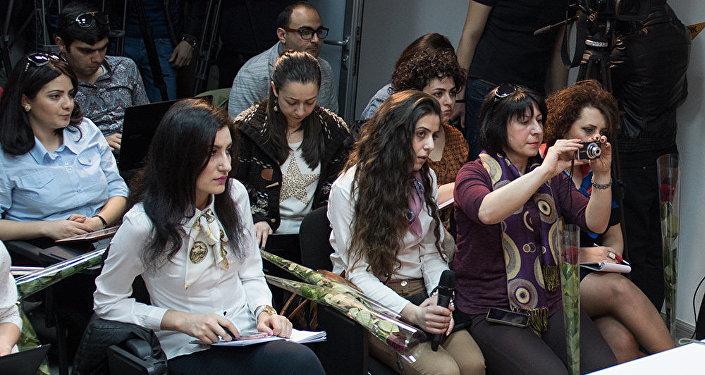 Во время пресс-конференции Эдуард Шармазанов поздравил представительниц СМИ с 8-м марта, подарив им цветы