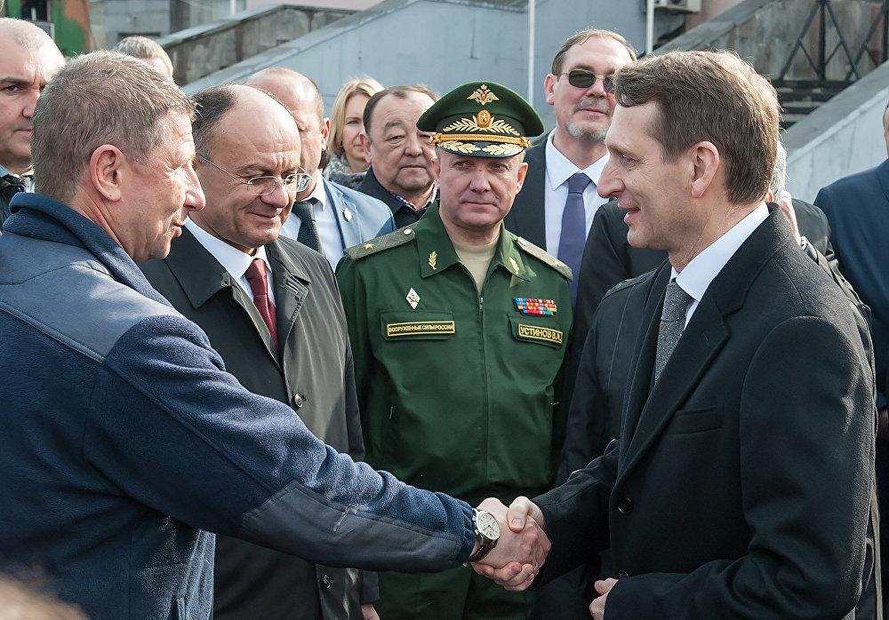 Нарышкин благодарит руководителя авиабазы Александра Петрова за эффектное выступление