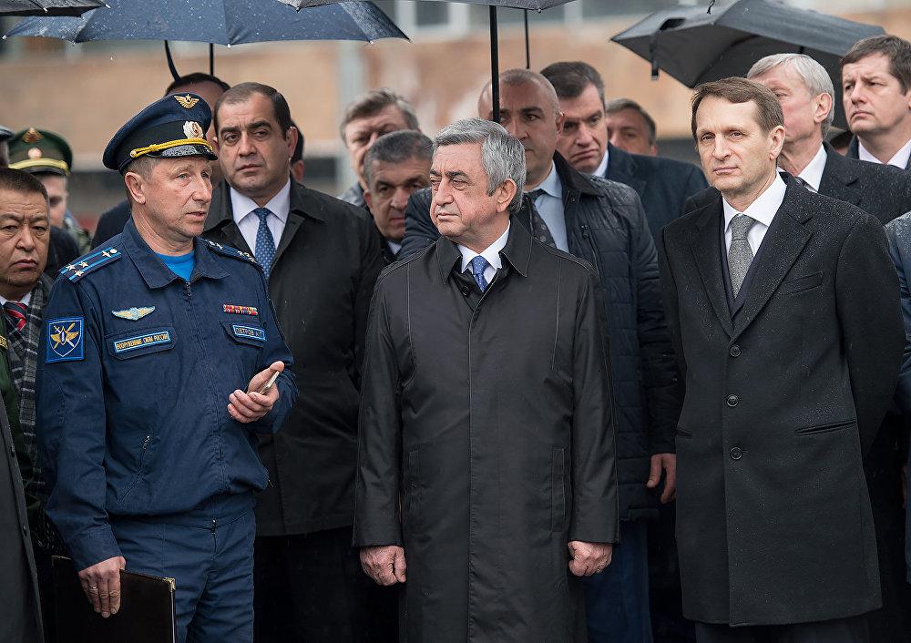 Руководитель авиабазы Александр Петров рассказывает армянскому президенту о тактике воздушного боя