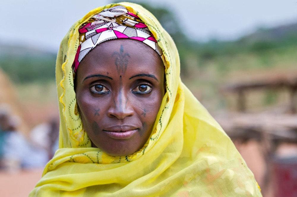 Ֆուլա ցեղի ներկայացուցիչ: Ֆուլաները քոչվոր անասնապահներ են եղել, որոնք իրենց հոտը տանում էին Արևմտյան Աֆրիկայի անապատներ: Ֆուլաները հայտնի են իրենց զարմանալի զգեստներով և վառ արտաքինով: Կանանց ոսկյա ականջօղերը խոսում են հարստության և որոշակի կարգավիճակի մասին: