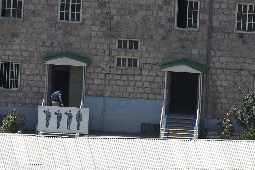 Զինված անձը մուտք է գործում ոստիկանության շենք