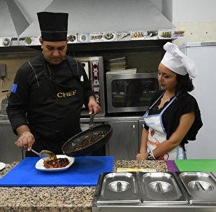 Շեֆ–խոհարարին հյուր. ինչպես պատրաստել ռոստբիֆով աղցան և մանր ծովախեցգետնով կերակուր