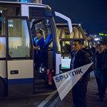 Ծնողներն անհամբերությամբ սպասում են ավտոբուսի շարժվելուն