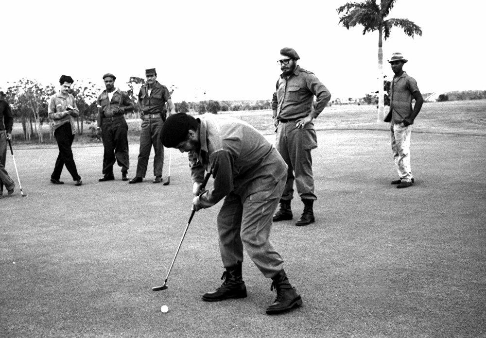 Էռնեստո Չե Գևարան գոլֆ է խաղում: Ֆիդել Կաստրոն կանգնած է նրա հետևում: