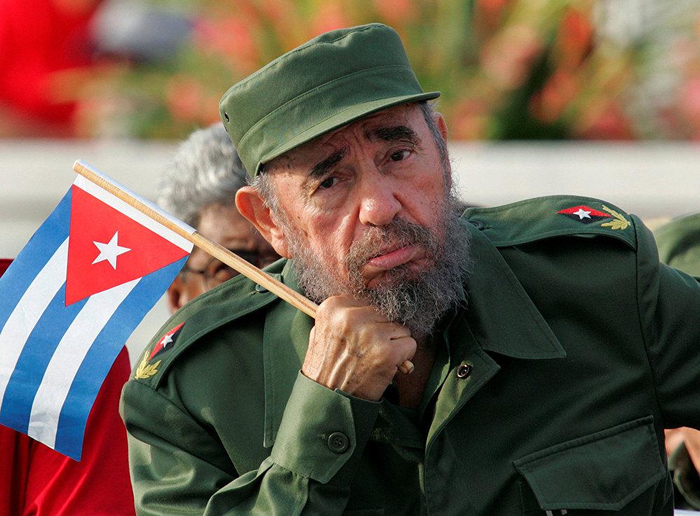 Կուբայի նախագահ Ֆիդել Կաստրոն լսում է Հավանայում Հեղափոխության հրապարակում շքերթի ընթացքում հնչած ելույթը, 2005 թ.-ի մայիս: