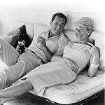 Ռոք Հադսոն (1925-1985). Առաջին մեծության հոլիվուդյան աստող, հերոս–սիրեկան և սուպերմեն Ռոք Հադսոնը համասեռամոլ է եղել։ Նա ցնցել է ամբողջ աշխարհը` պատմելով իր կյանքի իրական պատմությունը։ Դրանից երկու ամիս անց` 1985 թ.–ի հոկտեմբերի 2–ին, նա մահացել է ՁԻԱՀ–ից՝ Բևերլի Հիլզում գտնվող իր շքեղ առանձնատանը։