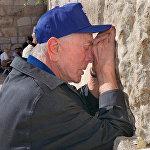 Քիրք Դուգլասը Երուսաղեմում` Ողբի պատի մոտ