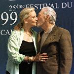 Քիրք Դուգլասը կնոջ հետ Դովիլում՝ ամերիկյան ֆիլմերի փառատոնում։
