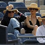Քիրք Դուգլասը Քեթրին Զետա Ջոնսի և Մայքլ Դուգլասի հետ, թենիսի խաղի ժամանակ