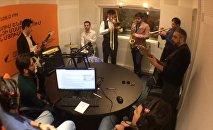 Alexandropol Orchestra խմբի անդամները  ներկայացնում են երգեր խմբի երգացանկից Sputnik Արմենիայի առավոտյան եթերում