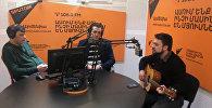 Հեղինակ-կատարող Լևոն Հախվերդյանը երգում է Sputnik Արմենիայի առավոտյան եթերում