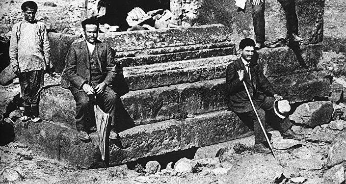 Մարտիրոս Սարյանը (աջից՝ գլխարկը ձեռքին) Աշոտ Ողորմած թագավորի գերեզմանի մոտ. 20-րդ դարի սկիզբ