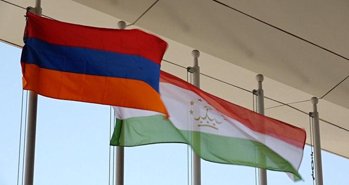 Հայաստանի և Տաջիկստանի դրոշները