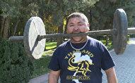 Ուժեղ ու արտասովոր մարդը ճակատով մեխ է խփում, ատամներով` մեքենա քաշում
