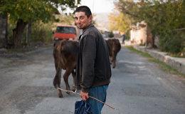 Ավագյան Աշոտ 27 տարեկան է: Ապրում է Աղձք գյուղում: Օգնում է հնէաբաններին Արշակունիների դամբարանի պեղումների ընթացքում: