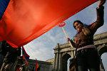Աղջիկը Հայաստանի դրոշով Եվրոպայում